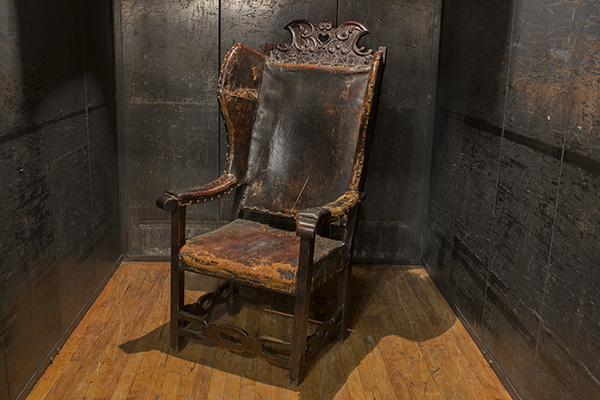 18TH CENTURY OAK SPANISH WING CHAIR WITH LEATHER SEAT AND BACK, CARVED CREST